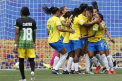 Si Marta, su máxima estrellan, Brasil goleó con facilidad a Jamaica en el debut.