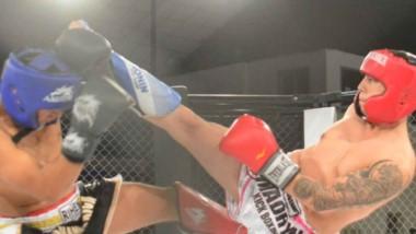 A las patadas. El madrynense Marcelo Gallo y el comodorense Tiziano Rios se midieron en uno de los combates amateur de kickboxing.