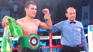"""El juez alza el brazo de """"Pachu"""", el nuevo Campeón Latino Plata Welter."""