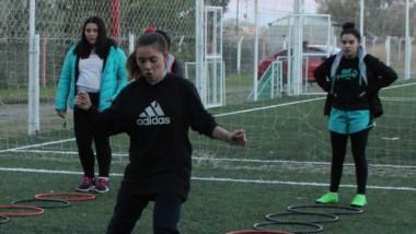 La escuela de fútbol femenino del club Huracán está en pleno auge.