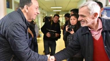 Venga esa mano. El intendente Maderna y el ministro Vivas coincidieron en un tramo de la recorrida.