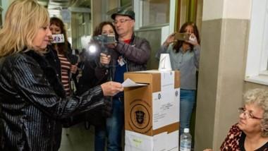 Rossana Artero concurrió temprano  a votar. No viajó a Comodoro porque hoy tiene actividad en Rawson.