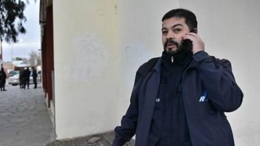 Complicado. Ariel Gómez, cronista de Radio 3, fue retenido por un gendarme entorpeciento su trabajo.