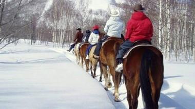 Cabalgata en la nieve. Una de las propuestas para estas vacaciones en El Bolsón.