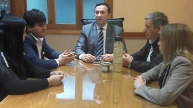 Mates. Una postal del encuentro en el despacho del jefe comunal con los próximos legisladores.