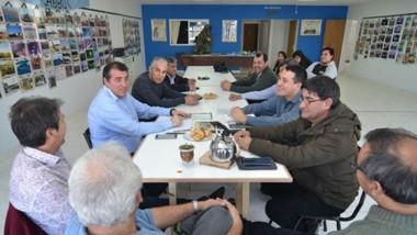 Encuentro. Una postal del ministro en plena discusión con los excombatientes sobre cómo abordar el tema.