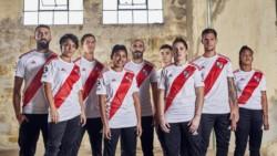 La chubutense Florencia Fernández, al lado de Lucas Pratto, en la presentación de la nueva camiseta de River.