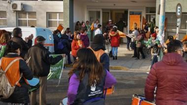 Por el sueldo y los pases a planta. Las manifestacionesque se realizaron ayer por la mañana frente al Hospital Zonal de Trelew, en pleno centro.