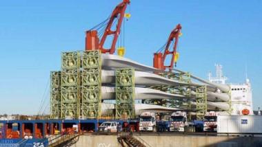 El buque Zea Fame se encuentra amarrado en el muelle Storni con los equipos para un nuevo parque eólico.