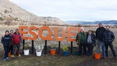 Los primeros turistas en llevarse la foto con el cartel.