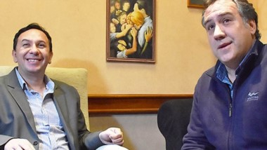 Sonrisas. El jefe comunal junto con su exadversario electoral.