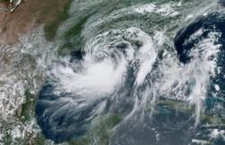 Barry se convierte en huracán de categoría 1 mientras se acerca a la costa de Luisiana.