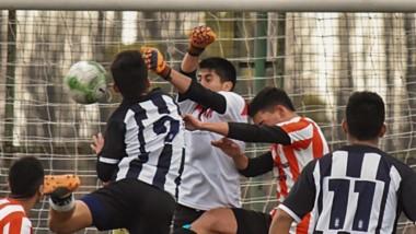 El arquero Herrera intenta despejar un balón ante la mirada de Eros Jara (Racing) y de  Rodríguez (Ever Ready).