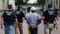 Un obrero indocumentado es detenido por la Policía de Migraciones de EE.UU.