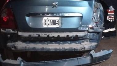 El automóvil Peugeot 307 quedó visiblemente dañado tras el vuelco. (Gentileza: FM Tropical)