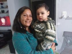 Araceli junto a su nietito.