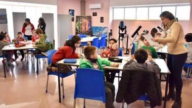 """Niños y niñas disfrutan del Taller de Astronomía """"Mini aficionados."""