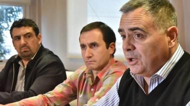 Frente de quejas. Desde la izquierda Larrauri, Grifitths y De Los Ríos dando cuenta de un escenario grave.