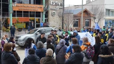 Marcha. Jubilados provinciales tomaron la sede del ISSyS en Esquel.