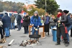Los municipales de Rawson protestaron y cocinaron tortas fritas frente a la comuna