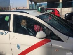 Angelici llegó a la sede de La Liga para la audiencia del TAS. El detalle de color: en Madrid, los taxis llevan una banda roja