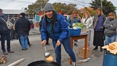 Tortas fritas. Para protegerse de una fría mañana, los manifestantes cocinaron frente a la Municipalidad.