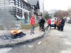Trabajadores de bosques ocupan la sede en Esquel (foto @antoniosayavedr)