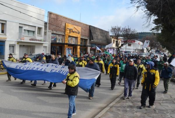 En Esquel los gremios marcharon por las calles céntricas y concentraron frente al ISSyS