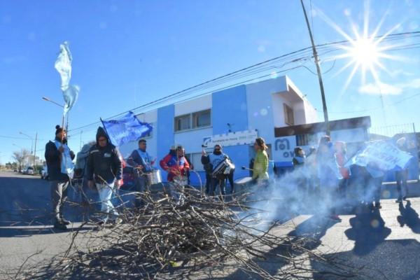 Trabajadores de la Secretaría de Pesca cortaron la calle frente al edificio
