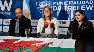 Daniel Hughes, Astrid Rhys y Mónica Montes Roberts durante la presentación de las actividades.