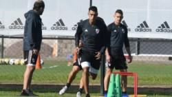 Gallardo paró equipo en la práctica de fútbol pensando en Cruzeiro con Alvarez y Suárez en la delantera.
