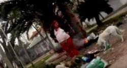 La mujer embarazada junto a la fogata donde cocinaría los gatos. (Crónica)