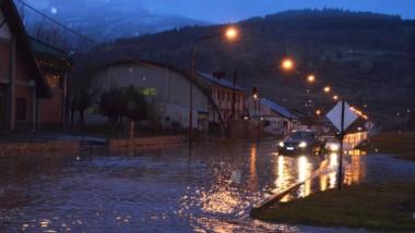 A media mañana del viernes, la intersección Av. Alvear e Irigoyen se mostró cargada por la crecida del agua.