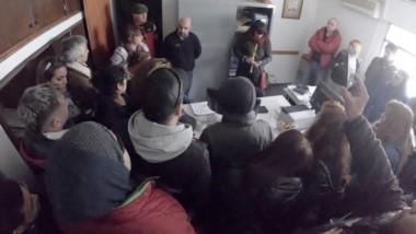 Tensión en el municipio. El secretario de Gobierno, Nicolás Souza, rodeada de trabajadores.