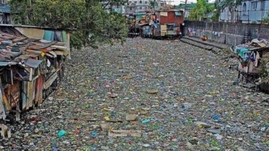 Esto no es una calle donde no pasó el camión recolector, es un río de Indonesia, uno de los más contaminados del mundo. e róp