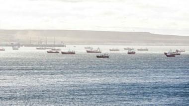 La tradicional postal del Golfo Nuevo se modificó con la presencia de las embarcaciones de casco rojos.