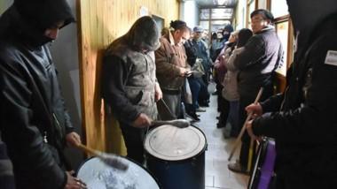 Ritmo. La manifestación de los trabajadores llegó hasta los pasillos de la Municipalidad rawsense.