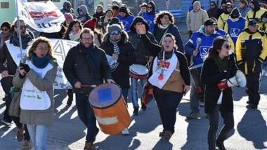 Bombos y frío. La movilización del sindicato de trabajadores docentes por las calles de Rawson.