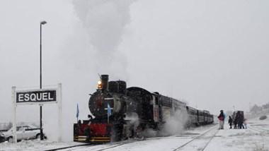 El manto  níveo cubrió la ciudad de Esquel y  La Trochita marchó rompiendo la nieve acumulada en las vías.