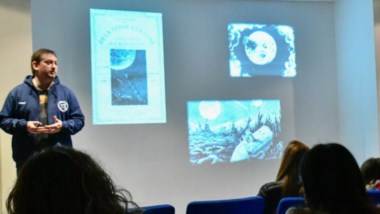 La charla fue en el Centro Astronómico, en un espacio organizado por la Fundación Amigos de la Astronomía.