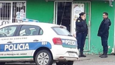 El local comercial que fuera objeto de un robo por dos individuos.