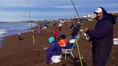 """Los cañófilos coparon la costa en la """"Fiesta del Róbalo"""" organizada por el Club de Pesca de Rawson."""