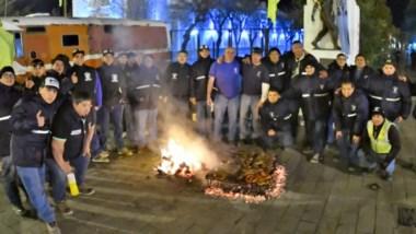 Trabajadores del gremio de la construcción exigen respuestas al gobernador Mariano Arcioni.