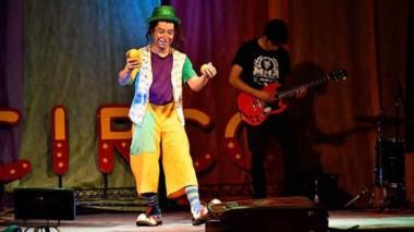 """El clown local, Tachuelita se presentó junto a la banda de músiica funk """"La máquina de cortar césped""""."""