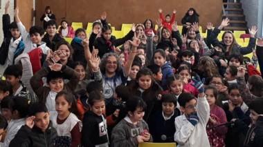 Tato Affif (al centro), mostrando a sus hadas y duendes a los chicos de toda la Patagonia.