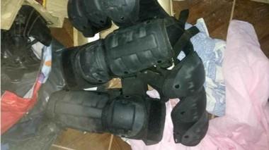 En la vivienda de uno de los sospechosos aparecieron prendas policiales robadas recientemente.
