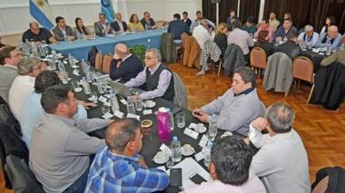 En un día movida en la capital provincial, el gobernador recibió a intendentes y jefes comunales.