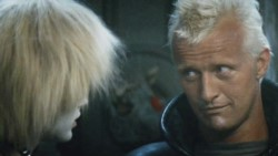 Hauer como Roy Batty, junto a Daryl Hannah.