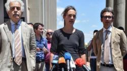 Carola Rackete ingresó sin autorización a un puerto italiano con 40 inmigrantes que había rescatado del mar, pero la prensa se preocupó más por no llevar puesto corpiño.