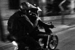 dos delincuentes en moto se acercaron a la joven pareja los asaltaron, golpearon al novio y violaron a la chica.